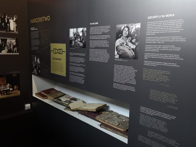 Część ekspozycji poświęcone m.in. harcerstwu i działalności opozycyjnej uczniów i nauczycieli