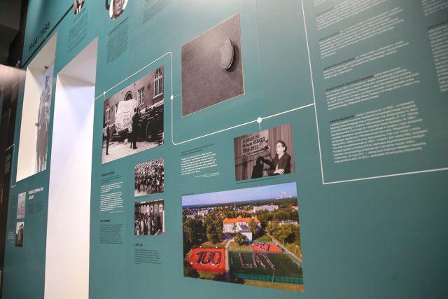 Na osi czasu szkoły nie zabrakło współczesnych akcentów - Pani Barbara Czartoryska to dobry duch szkoły, poniżej zaś zdjęcie zrobione z okazji 100-lecia szkoły w 2016 r.