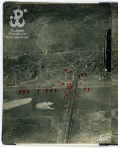 Zdjęcia lotnicze z 18.09.1944 r. ze zbiorów MPW, fot. fot. Michał Zajączkowski / Muzeum Powstania Warszawskiego